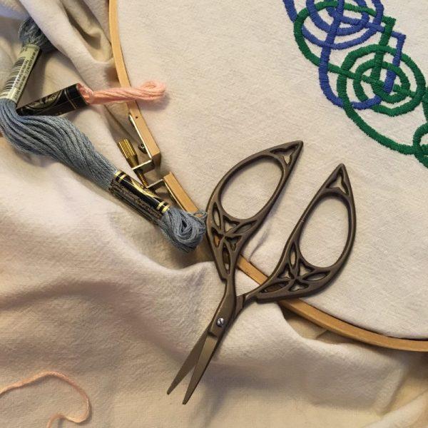 Celtic Oval Scissors Open